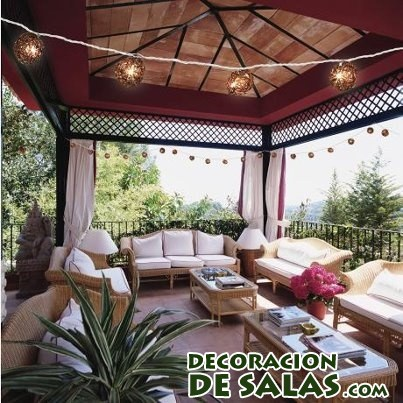 terraza cubierta de madera y luces