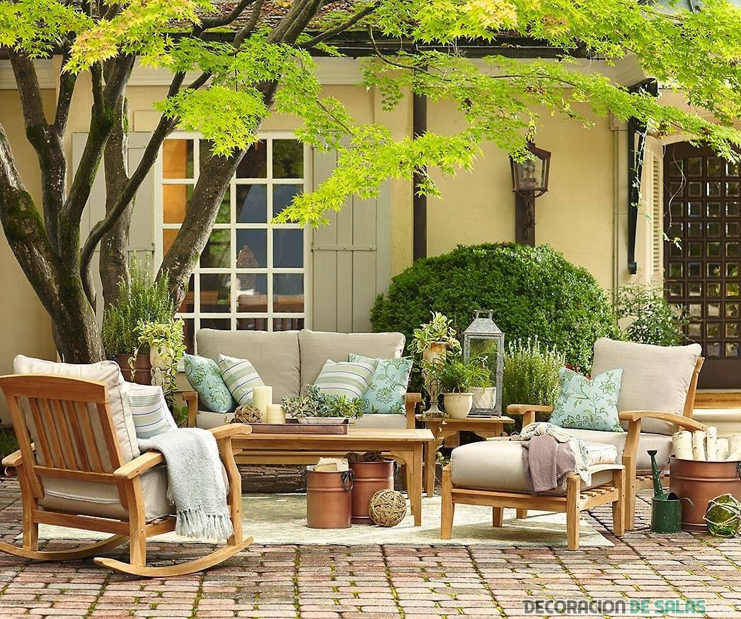 terraza en primavera con muebles de madera