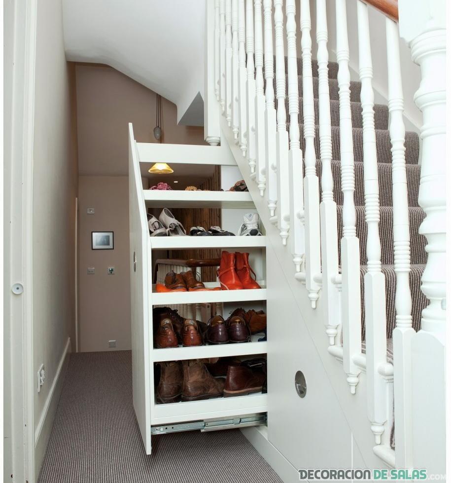 zapatero bajo las escaleras