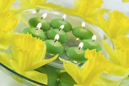 centro de mesa velas verdes y flores