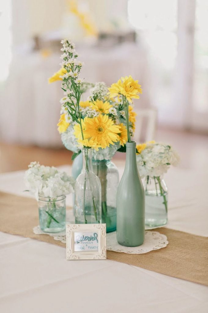 centro de mesa con botellas y tarros
