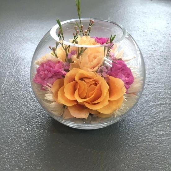 pecera y flores