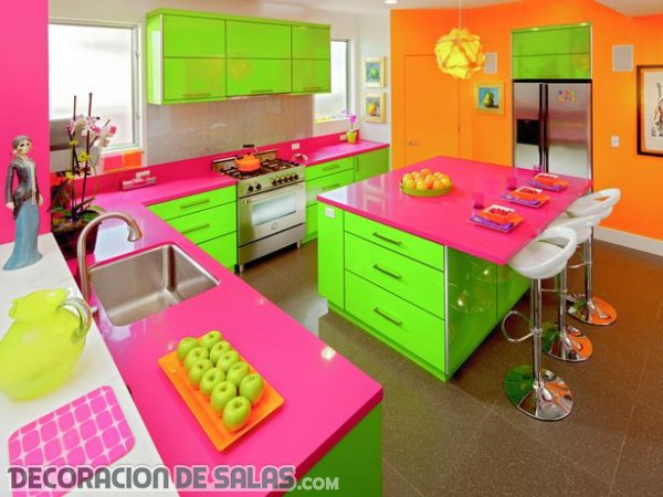 Salones y cocinas decorados en color neón