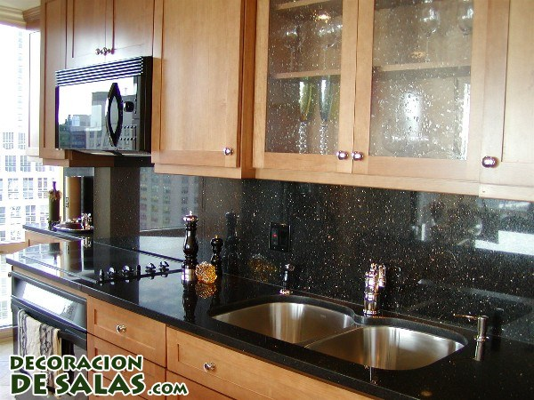 Marrón y negro en la cocina
