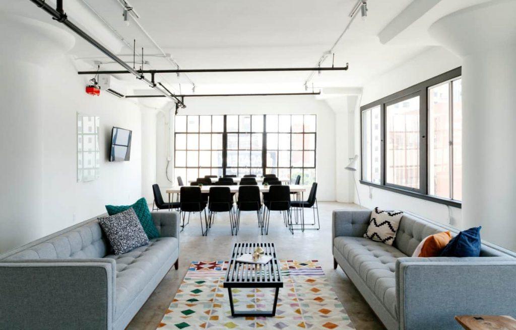 salón con colores neutros