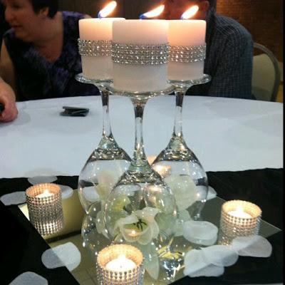 centro de mesa con copas de vidrio