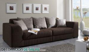 Decora con cuadros sobre el sofá