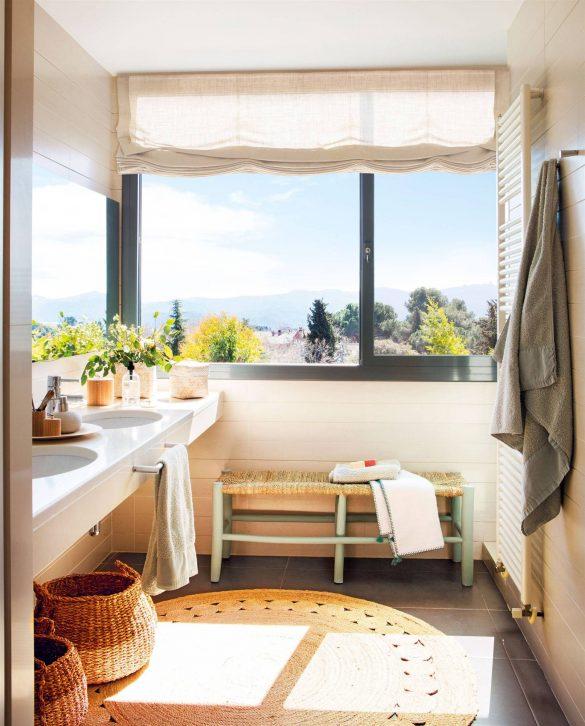 Cuarto de baño con ventanas