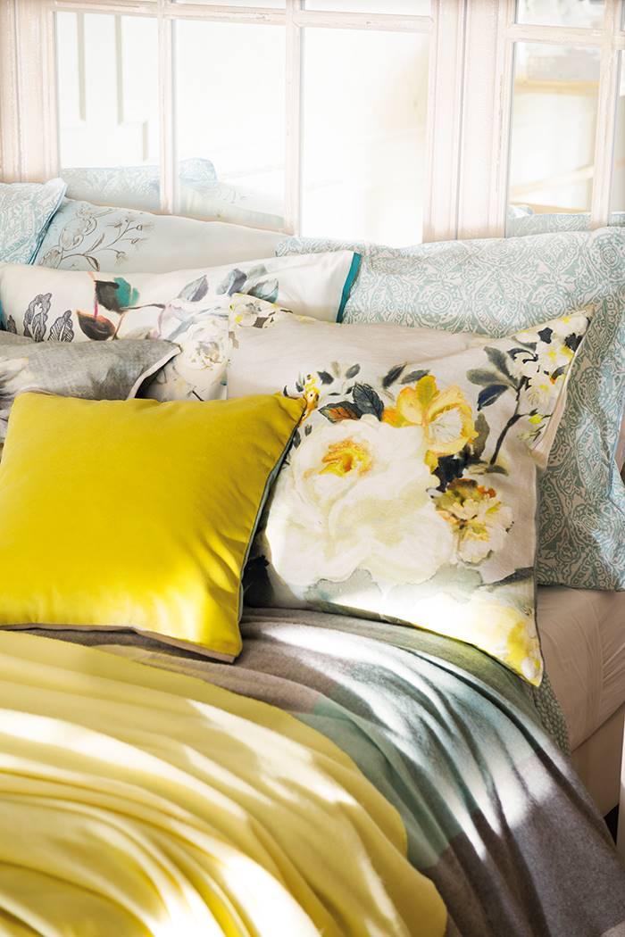 cama con cojines amarillos