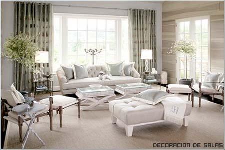 Salón elegante con sofá oscuro