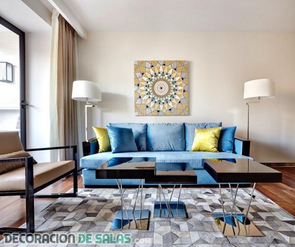 El sofá azul para un salón más luminoso