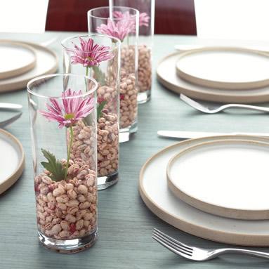 centro de mesa con vasos y flores