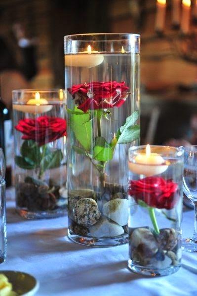 vasos de cristal con rosas